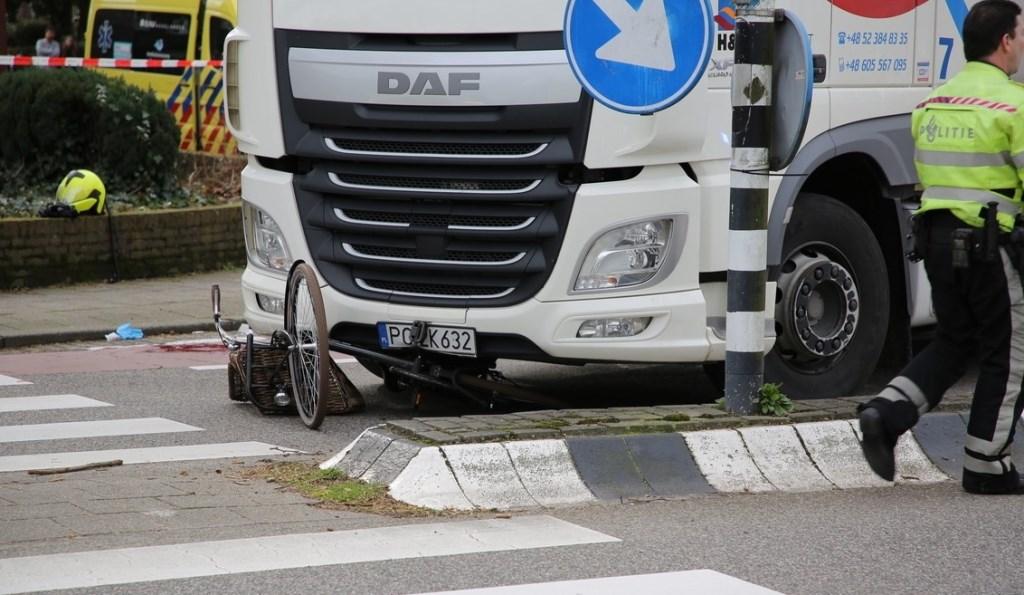 De opgehoogde middenberm op de Karel Doormanlaan die de bocht voor lange vrachtwagens extra lastig maakt en waardoor fietsers in de knel komen in de bocht. Foto: Regio15.nl / Roy Wolters  © Postiljon