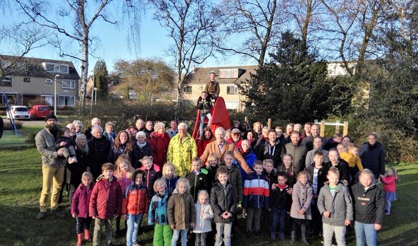 Bram van Popering te midden van bewoners van de Gravenwijk op de speelplek die voor de bewoners speelplek moet blijven (foto: pr GBLV).