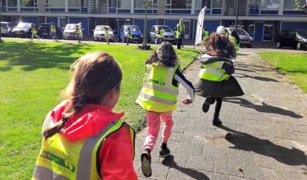 Tijdens The Daily Mile lopen of joggen de kinderen 15 minuten om de school. Daarna kunnen ze fit en geconcentreerd de schooldag beginnen (archieffoto SenW).