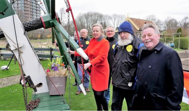 Wethouder Astrid van Eekelen mocht de vang lichten, maar de molen mocht niet draaien vanwege de harde wind (foto: Ot Douwes).