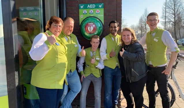 Sabine en haar personeel dragen met de AED hun steentje bij aan het welzijn in Pijnacker-Nootdorp.