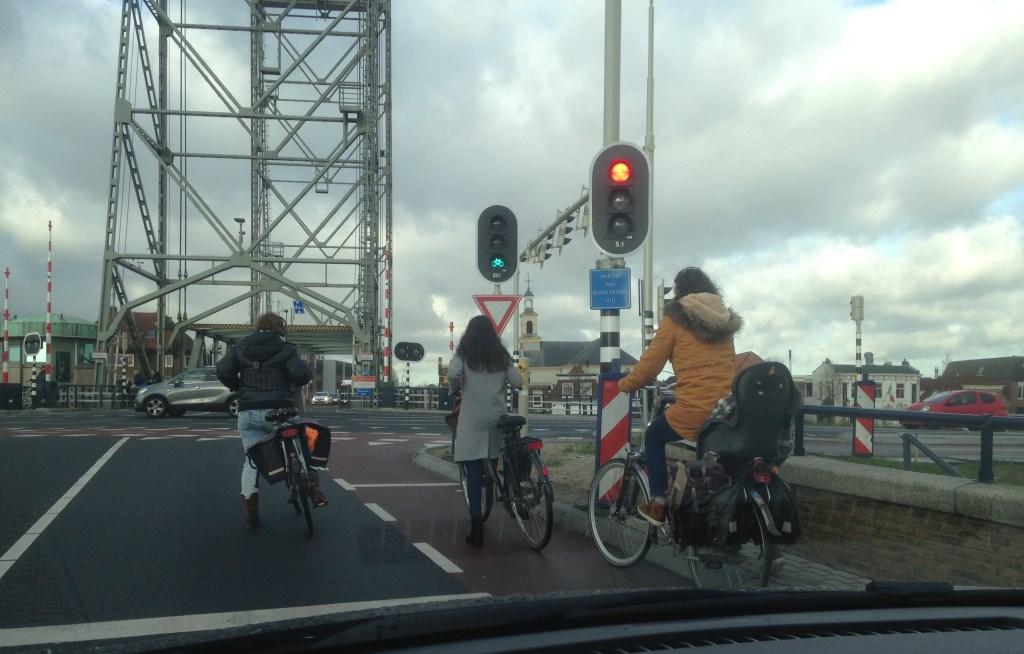 Ook hier te zien: het stoplicht voor fietsers gaat als eerste op groen.  © Postiljon