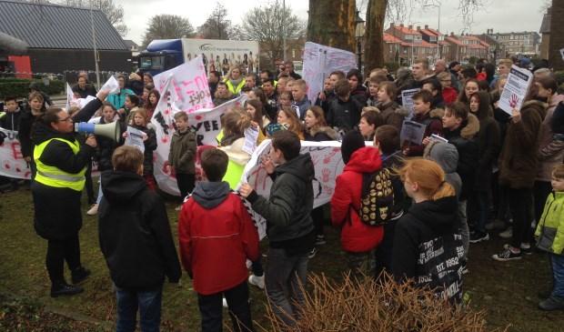 Op vrijdagochtend 15 maart verzamelden zich vanaf 08.15 uur steeds meer mensen, jong en oud, op het terrein voor de Pelgrimskerk, die precies aan de hoek Eerste Stationsstraat / Karel Doormanlaan ligt. Tekst en foto's: Peter Zoetmulder / Postiljon