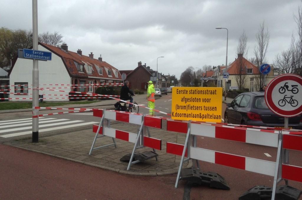 Komende vanaf de kant van de Dr. J.W. Paltelaan: ook vanaf hier is de Eerste Stationsstraat verboden voor fietsers. Foto: Peter Zoetmulder  © Postiljon