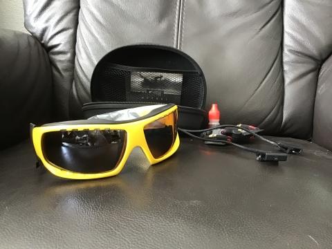 b1fbc681406b95 te koop nieuwe sport zonnebril zwart geel. Voor watersport  skiën    fietsen. Neemt schitteringen weg van water. Met twee koordjes en  schoonmaakspul.