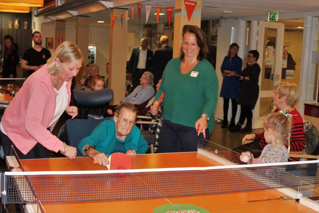 De wethouders Van Eekelen en Stemerdink assisteren in Het Anker bij een potje tafeltennis (foto: DJ).  © Het Krantje