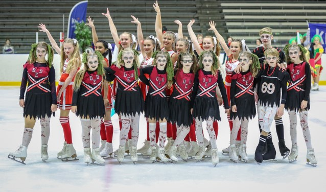 Zoetermeer is weer Nederlands Sportkampioenen rijker. Het trotse team van de Zoetermeerse Kunstrijvereniging De IJsvogels. Foto: Piet van Es, pietures.nl