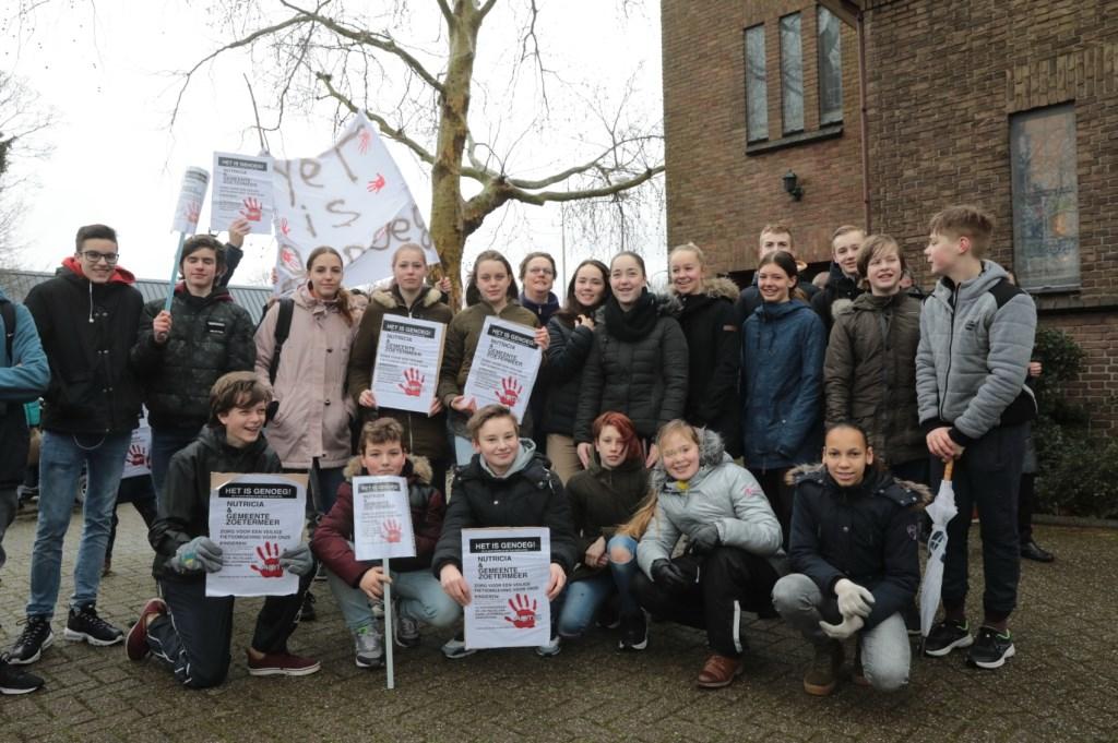 Een groep scholieren bijeen: Het is genoeg! Het is nu tijd voor actie. Foto: Jan van Es  © Postiljon