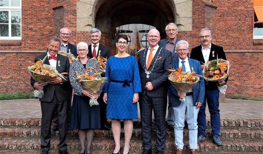Statieportret van burgemeester Klaas Tigelaar en zijn echtgenote, geflankeerd door de aanwezige gedecoreerden (foto: Michel Groen).