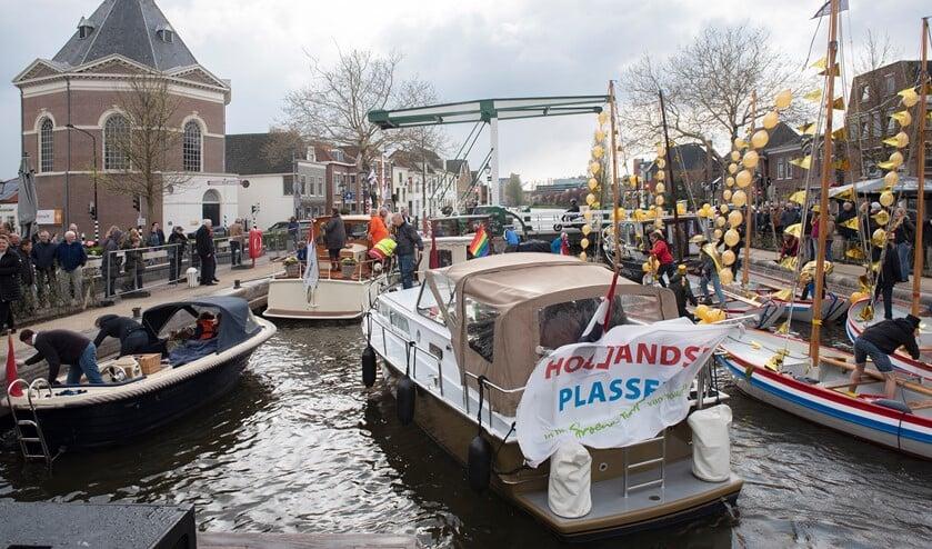 Een drukte van belang in de sluis te Leidschendam bij de opening van het watersportseizoen (foto: Michel Groen).