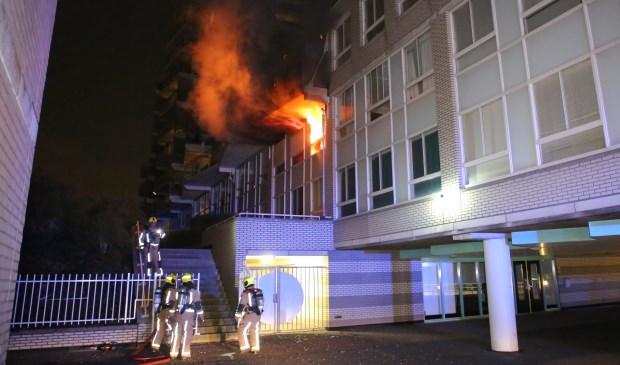 De vlammen slaan uit de getroffen woning (foto: Roy Wolters, Regio15).