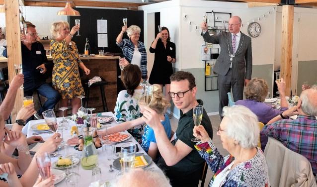Op Paasmaandag kwamen 45 'Damsigters' tussen de 3 en 88 jaar naar De Boot voor een Paaslunch. Burgemeester Klaas Tigelaar bracht met hen een toost uit (foto: Michel Groen).