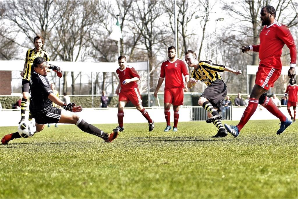Kamiel Grapendaal (Wilhelmus) scoort hier de 1e van 6 doelpunten voor zijn club (foto: AW).  © Het Krantje