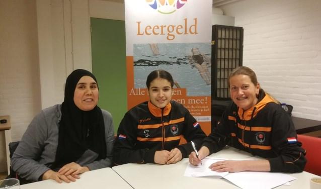 Wissal El Boudakhani (m.)  met haar moeder en Madelon Janssen-Staat van Budoschool Kai Sei. Foto: pr