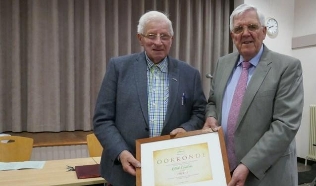 Voorzitter Jan de Ruiter overhandigde Bob Switzar de hierbij behorende oorkonde. Foto: Jan van Es