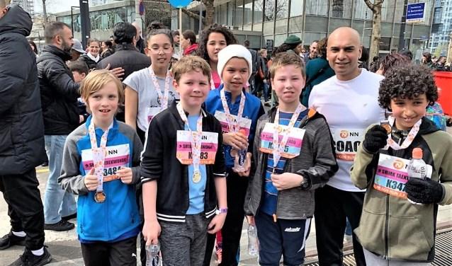Deelnemers aan de kidsloop: Tijn Bisschop, Henk-Tijmen Feijnen, Brandon Steele, Hamza, Salma en Rania Lakhdar en coach Anand.