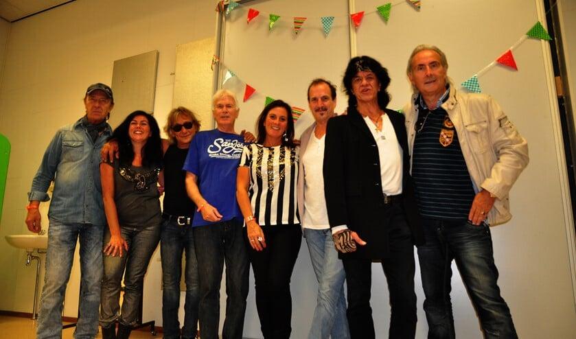 Leden van de Tee Set en After Tea met de Cora en Kerstin die de backing vocals deden bij een eerder optreden samen met muziekjournalist Martin Reitsma.