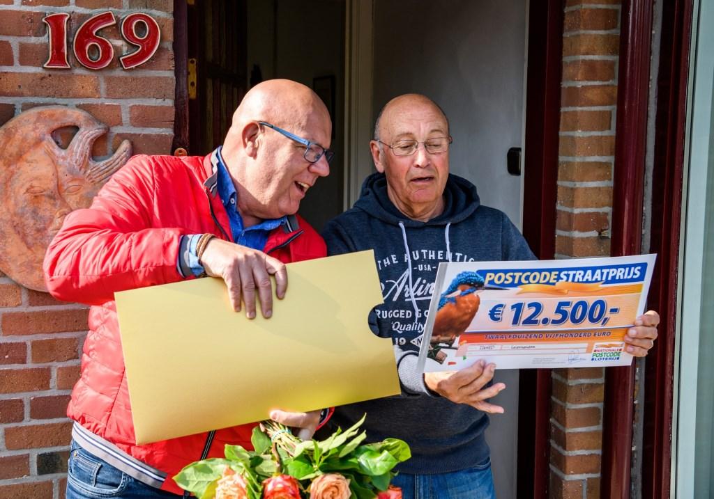 Gaston overhandigt de cheque van 12.500 euro aan Hans uit Leidschendam (foto: Roy Beusker Fotografie).  © Het Krantje