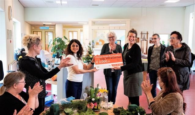 Namens het Oranjefonds wordt de cheque uitgereikt aan Nouna Hamazasip, Gebiedscoördinator Voorburg bij Stichting Welzijn Oud en Jong (foto: Michel Groen).