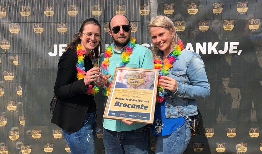 Shiara van der Toolen, Stephan Schouwman en Lisette Kerkhof met de award.