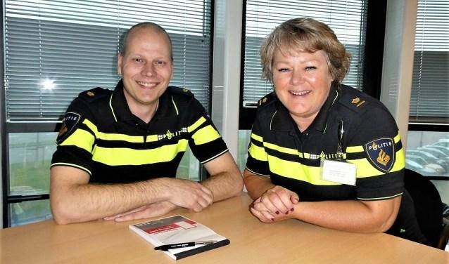 Teamchef Anouk Radloff en Operationeel specialist Dennis D. van der Sluis tijdens het bezoek aan het bureau (foto/tekst: Dick Muijs).