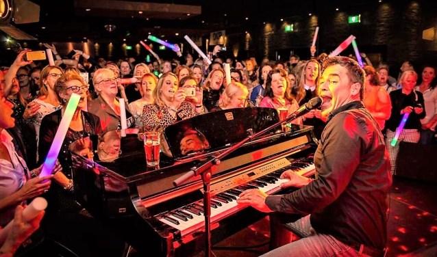 Jeroen van der Boom zette de tent volledig op zijn kop met zijn optreden achter de piano (foto: Marc van Baasbank).