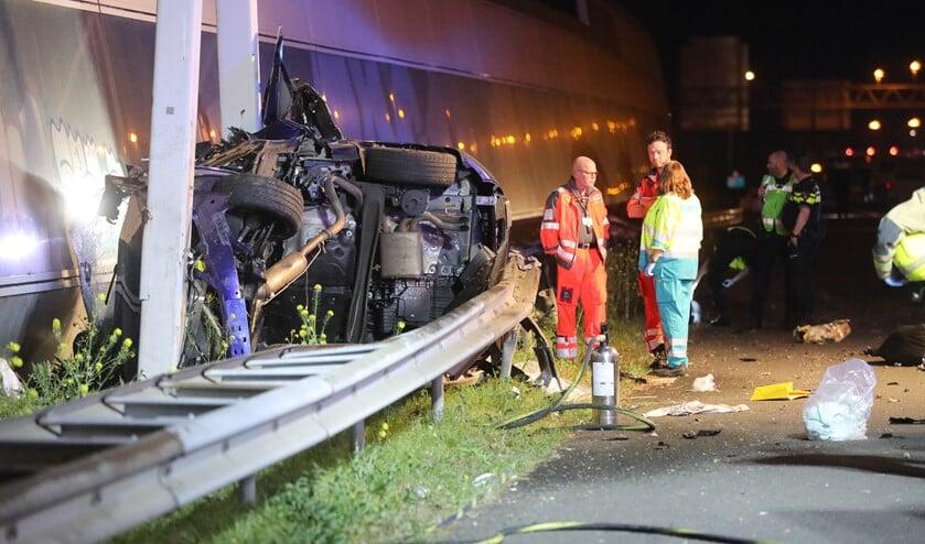 De personenauto kwam achter de vangrail terecht (foto: Regio15).