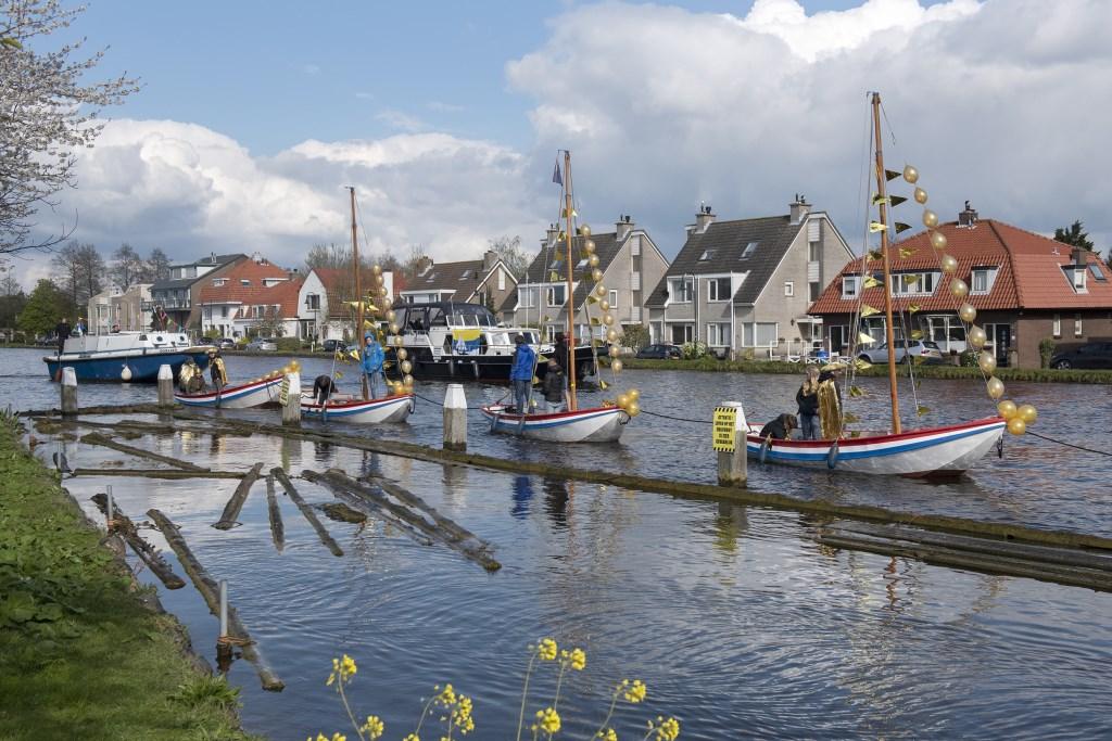 Een grote stoet boten trok vanaf de Kniiplaan via De Salamander naar de sluis (foto: Michel Groen). Michel Groen © Het Krantje
