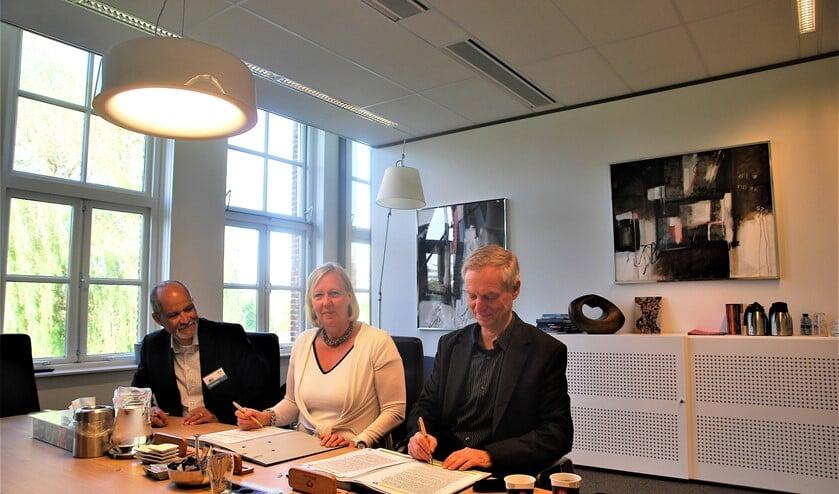 Namens de gemeente tekende wethouder Astrid van Eekelen (m.) en namens de coöperatie Herbert Carbière en Rob Kniesmeijer (foto: pr).