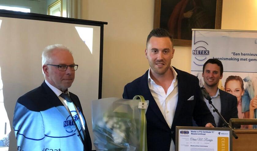 Orrin Romijn neemt het Master in PTC Certificaat in ontvangst (foto: pr).
