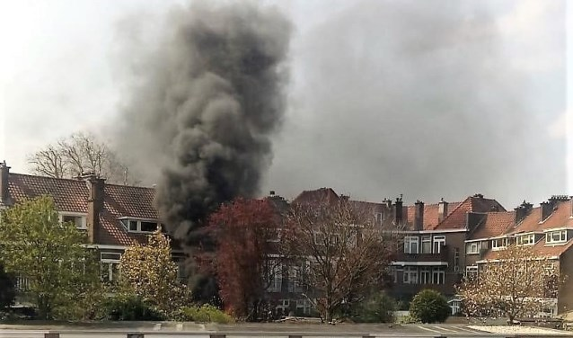 Grote rookwolken, afkomstig van een betrekkelijk klein brandje in een vuilcontainer (foto: Jens van der Steen).
