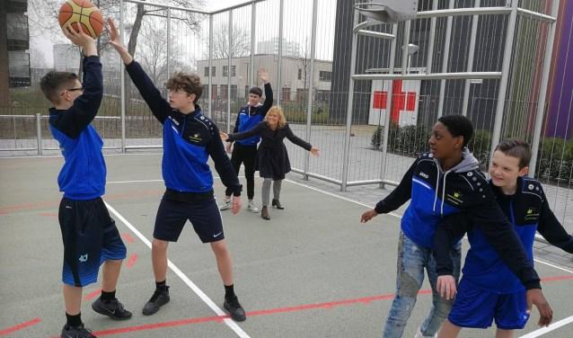 Op 22 maart mochten de ONC'ers alvast het Urban sportveld openen, een idee van de leerlingen. Naast het sportveld is er een wandel- en trimparcours gerealiseerd. Foto: pr