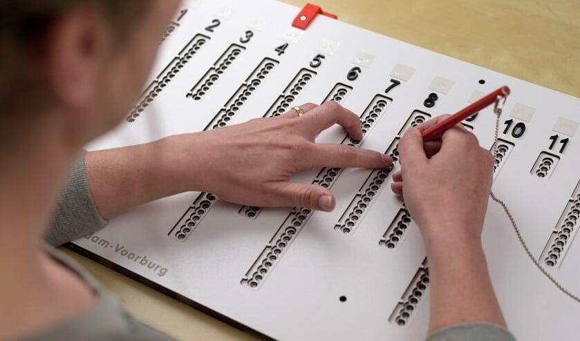 Met de in Voorburg ontwikkelde stemmal voor blinden en slechtzienden kunnen mensen met een visuele beperking zelfstandig stemmen (foto: pr).