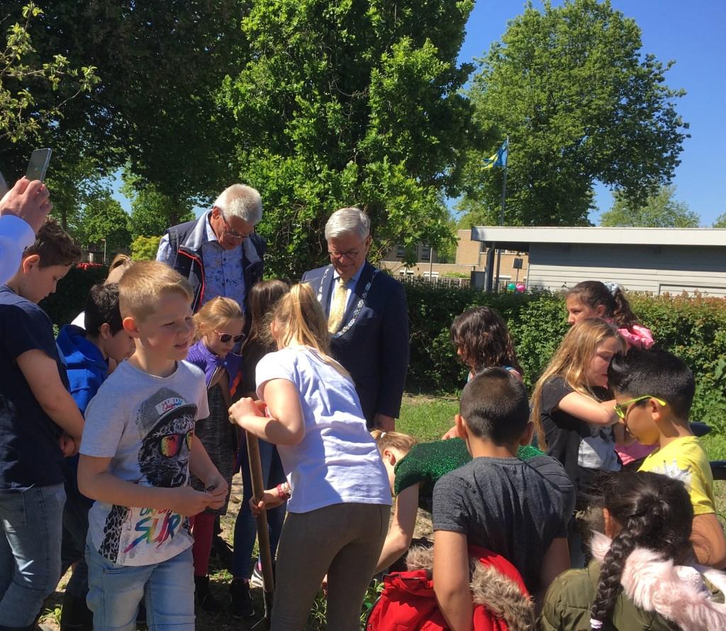 Op woensdag 15 mei heeft burgemeester Aptroot samen met scholieren en vrijwilligers de 'vernieuwde' wijktuin geopend. Foto: pr
