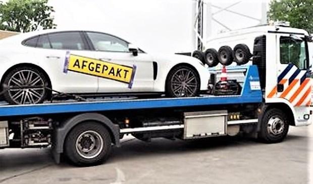 De in beslag genomen Porsche wordt door de politie afgevoerd (foto: politie).