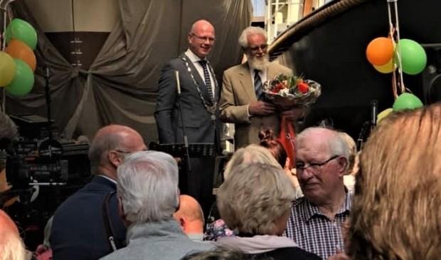 De heer De Haas kreeg de versierselen opgespeld, behorend bij zijn benoeming tot Lid in de Orde van Oranje-Nassau (foto: facebook De Hollandse Vloot).