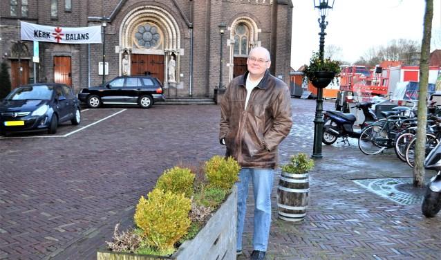 Peter van Dolen bij de sluis en de Petrus en Pauluskerk (foto: Inge Koot).