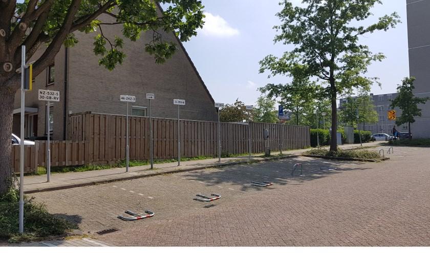 Gereserveerde, exclusieve parkeerplekken aan de zijkant van de Markt voor het stadsbestuur (college) terwijl de parkeerdruk voor de gewone burger in het Stadshart juist toeneemt. Foto: PvdA