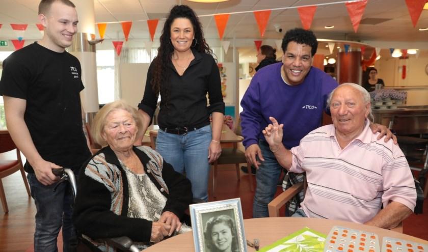 Echtpaar Van Driel, 62 jaar getrouwd. Mevrouw Van Driel is net door kapster Nancy geknipt. Op de voorgrond een foto van mevrouw Van Driel in haar jonge jaren. Foto: Jan van Es