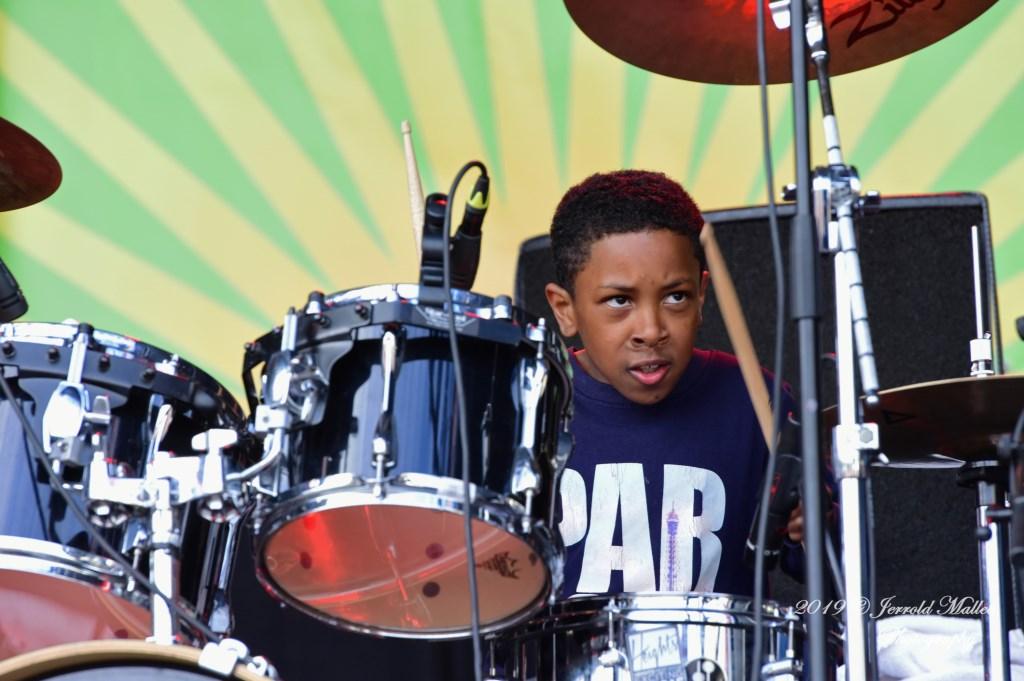 Nathan, het zoontje van Tiv, de drummer van Heights Meditation, kon er zelf ook heel wat van! JERROLD-MALLEE © Postiljon