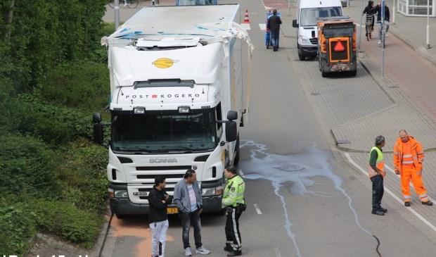 De bovenkant van de vrachtwagen liep flinke schade op. Foto: Roy Wolters / Regio15