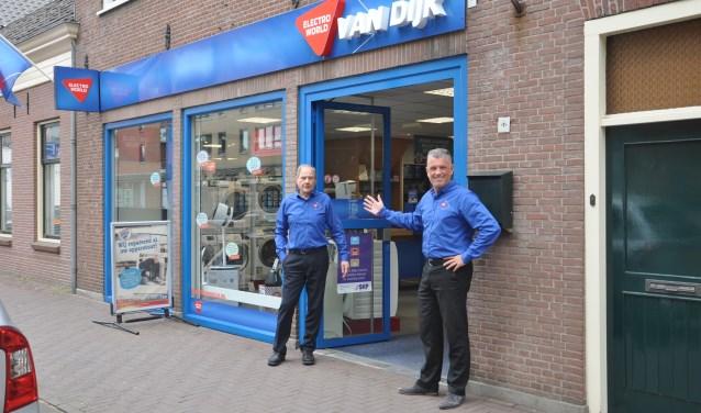 Dick Westerman en Peter de Roos bij de winkel aan de Oostlaan in Pijnacker.