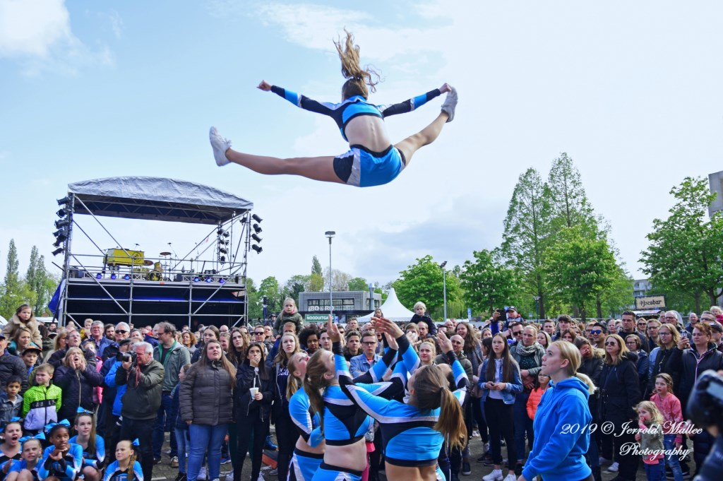 Act van de United Cheers Cheerleaders op de Markt tussen twee optredens door. JERROLD-MALLEE © Postiljon