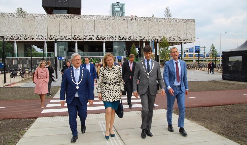 Staatssecretaris Stientje van Veldhoven (ministerie van Infrastructuur en Waterstaat) met burgemeesters Pieter van de Stadt (Lansingerland) en Charlie Aptroot (Zoetermeer). Foto: Spa-Media