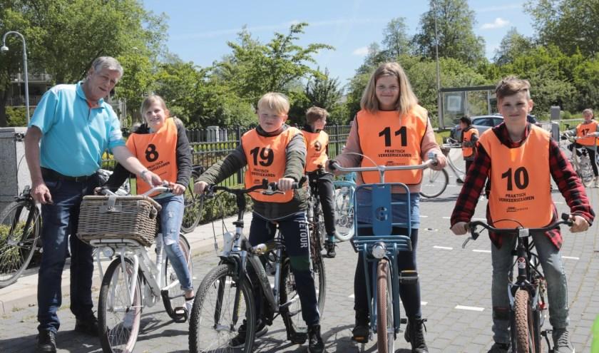 Jan Korendijk van Veilig Verkeer Nederland (VVN), Iza, Bas, Lieve en Tygo van basisschool de Vuurvogel (v.l.n.r.). Foto: Jan van Es