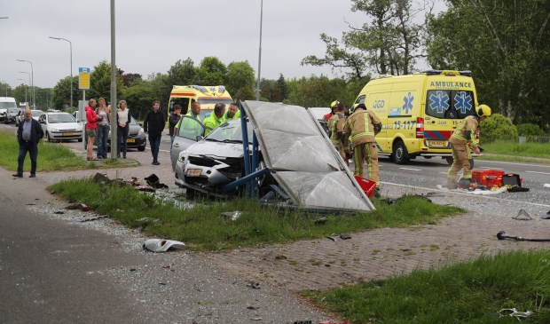 Een auto kwam in een bushokje terecht en vernielde deze totaal (foto: Rene Hendriks/Regio15).