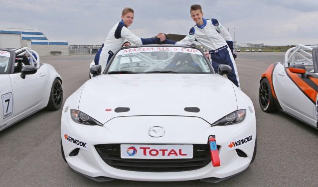 De jonge autocoureur Milan Teekens (l.) uit Zoetermeer testte maandag in Zandvoort een Mazda MX-5 voor de nieuwe Mazda MX-5 Cup, waaraan hij gaat meedoen. Foto: Bas Kaligis