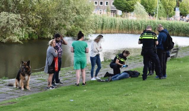 De politie bekommert zich om het slachtoffer dat later met de ambulance naar het ziekenhuis zou worden vervoerd (foto: Lucien de Vries).