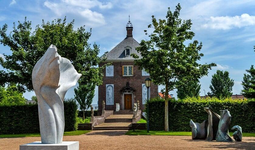 Monumentale sculpturen van Helaine Blumenfeld op het terras voor het huis Hofwijck (Foto: Charles Groeneveld).