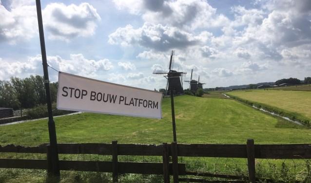 De buurt verzet zich tegen de komst van een uitkijkplatform bij De Drie Molens aan de Stompwijkseweg (foto: Richard Kaan).
